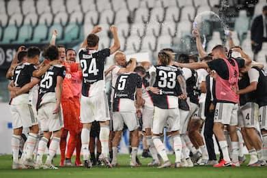 La Juventus vince lo scudetto, la festa in campo dei bianconeri