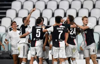 TURIN, ITALY - JULY 26: Players of Juventus celebrate winning the Serie A title during the Serie A match between Juventus and UC Sampdoria at Allianz Stadium on July 26, 2020 in Turin, Italy. (Photo by Chris Ricco/Getty Images)