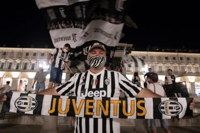 Scudetto Juve, festa contenuta dei tifosi in Piazza San Carlo a Torino