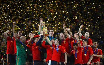 JOHANNESBURG, SOUTH AFRICA - JULY 11:  Iker Casillas, captain of Spain (C), and the Spain team celebrate victory with the World Cup trophy  during the 2010 FIFA World Cup South Africa Final match between Netherlands and Spain at Soccer City Stadium on July 11, 2010 in Johannesburg, South Africa.  (Photo by Laurence Griffiths/Getty Images)