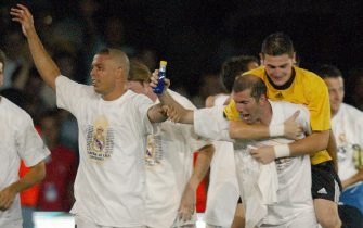 Real Madrid French Zinedine Zidane (R), Iker Casillas on his shoulders and Ronaldo (L) celebrate with teammates winning the Spanish League title after besting Atletic de Bilbao 3-1 in Santiago Bernabeu stadium in Madrid 22 June 2003.   (Photo credit should read PIERRE-PHILIPPE MARCOU/AFP via Getty Images)