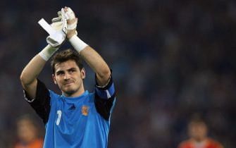 Hannover, GERMANY:  Spanish goalkeeper Iker Casillas applauds at the end of the World Cup 2006 round of 16 football game Spain vs. France, 27 June 2006 at Hanover stadium. An inspired France marshalled by Zinedine Zidane swept to a 3-1 win over Spain to set up a dream World Cup quarter-final date with Brazil. AFP PHOTO / PIERRE-PHILIPPE MARCOU  (Photo credit should read PIERRE-PHILIPPE MARCOU/AFP via Getty Images)