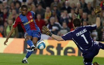 Barcelona, SPAIN: Barcelona's Cameroonian Samuel Eto'o (R) shoots by Real Madrid's goalkeeper Iker Casillas during a Spanish league football match at the Camp Nou stadium in Barcelona, 10 March 2007.  AFP PHOTO/CESAR RANGEL (Photo credit should read CESAR RANGEL/AFP via Getty Images)