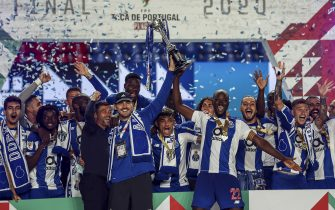 COIMBRA, PORTUGAL - AUGUST 01: Sergio Conceicao, Iker Casillas, Danilo Pereira andFC Porto players rise the trophy after the Portuguese Cup Final match between SL Benfica and FC Porto at Estadio Cidade de Coimbra on August 1, 2020 in Lisbon, Portugal. (Photo by Carlos Rodrigues/Getty Images)