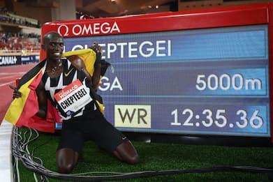 Atletica, record del mondo per Cheptegei nei 5.000 metri
