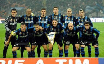 MILAN, ITALY - JANUARY 06:  FC Inter Milan poses with the FIFA Club World Cup Champions badge during the Serie A match between Inter and Napoli at Stadio Giuseppe Meazza on January 6, 2011 in Milan, Italy.  (Photo by Claudio Villa/Getty Images)