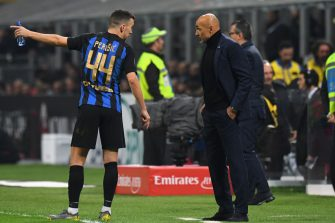 MILAN, ITALY - MARCH 17:  Ivan Perisic of FC Internazionale chats with Luciano Spalletti head coach of FC Internazionale during the Serie A match between AC Milan and FC Internazionale at Stadio Giuseppe Meazza on March 17, 2019 in Milan, Italy.  (Photo by Alessandro Sabattini/Getty Images)