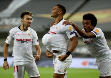 epa08617226 Diego Carlos (C) of Sevilla celebrates the 3-2 lead during the UEFA Europa League final match between Sevilla FC and Inter Milan in Cologne, Germany 21 August 2020.  EPA/Lars Baron / POOL