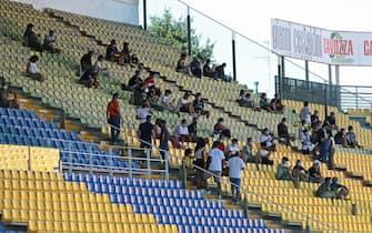 Il pubblico, protetto dalle mascherine, assiste alla partita amichevole Parma Calcio vs Empoli FC allo stadio Ennio Tardini di Parma primo stadio a riaprire ai tifosi dopo il lockdown. Parma, 6 Settembre 2020. ANSA / ELISABETTA BARACCHI