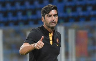 FROSINONE, ITALY - SEPTEMBER 09: Paulo Fonseca head coach of AS Roma gestures during the cooling break of the Pre-Season friendly match between Frosinone Calcio and AS Roma at Stadio Benito Stirpe on September 09, 2020 in Frosinone, Italy. (Photo by Silvia Lore/Getty Images)