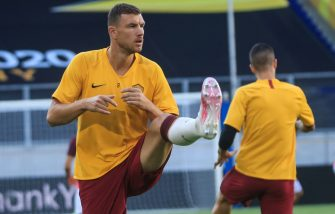 AS Roma's Bosnian forward Edin Dzeko warms up ahead the UEFA Europa League round of 16 football match between Sevilla FC and AS Roma at the MSV Arena on August 6, 2020 in Duisburg. (Photo by WOLFGANG RATTAY / POOL / AFP) (Photo by WOLFGANG RATTAY/POOL/AFP via Getty Images)