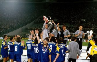 Marcello Lippi head coach of Juventus celebrates the victory with the trophy after the UEFA Champions League 1995-1996 match between Ajax and Juventus at Stadio Olimpico on 22 May 1996 in Rome, Italy. (Photo by Alessandro Sabattini/Getty Images)