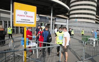 Controlli pe i  primi spettatori ammessi ad accedere allo Stadio dopo il lock-down prima dell'amichevole Inter vs Pisa, allo Stadio Meazza di Milano il 19 Settembre 2020. ANSA/ROBERTO BREGANI