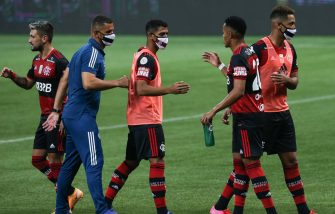 SAO PAULO, BRAZIL - SEPTEMBER 27: Players of Flamengo greet after the match against Palmeiras as part of Brasileirao Series A at Allianz Parque on September 27, 2020 in Sao Paulo, Brazil. (Photo by Alexandre Schneider/Getty Images)
