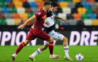 UDINE, ITALY - OCTOBER 03: Jordan Veretout of AS Roma competes for the ball with Rodrigo de Paul of Udinese Calcio during the Serie A match between Udinese Calcio and AS Roma at Dacia Arena on October 03, 2020 in Udine, Italy. (Photo by Alessandro Sabattini/Getty Images)