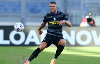 ROME, ITALY - OCTOBER 04: (BILD ZEITUNG OUT) Milan Skriniar of FC Internazionale controls the ball during the Serie A match between SS Lazio and FC Internazionale at Stadio Olimpico on October 4, 2020 in Rome, Italy. (Photo by Matteo Ciambelli/DeFodi Images via Getty Images)