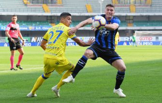 VERONA, ITALY - OCTOBER 21: Fabio Depaoli of Chievo Verona competes for the ball with Robin Gosens of Atalanta BC during the Serie A match between Chievo Verona and Atalanta BC at Stadio Marc'Antonio Bentegodi on October 21, 2018 in Verona, Italy.  (Photo by Alessandro Sabattini/Getty Images)