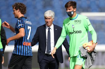 BERGAMO, ITALY - OCTOBER 04: Gian Piero Gasperini Head coach of Atalanta salutes players Sam Lammers and Marco Carnesecchi of Atalanta following the final whistle of the Serie A match between Atalanta BC and Cagliari Calcio at Gewiss Stadium on October 04, 2020 in Bergamo, Italy. (Photo by Jonathan Moscrop/Getty Images)