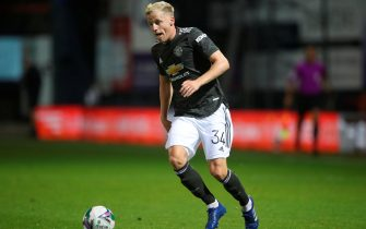 epa08689298 Manchester United's Donny van de Beek in action during the English Carabao Cup third round match between Luton Town and Manchester United in Luton, Britain, 22 September 2020.  EPA/Nick Potts / POOL EDITORIAL USE ONLY. No use with unauthorized audio, video, data, fixture lists, club/league logos or 'live' services. Online in-match use limited to 120 images, no video emulation. No use in betting, games or single club/league/player publications.