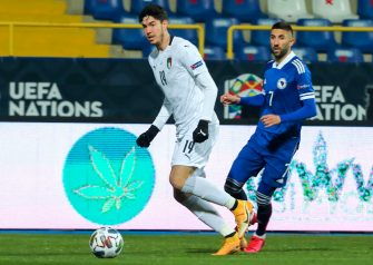 epa08827937 Alessandro Bastoni (L) of Italy in action against Benjamin Tatar (R) of Bosnia and Herzegovina during the UEFA Nations League, League A, group 1 soccer match, between Bosnia and Herzegovina and Italy in Sarajevo, Bosnia and Herzegovina, 18 November 2020.  EPA/FEHIM DEMIR