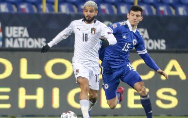 epa08827936 Lorenzo Insigne (L) of Italy in action against Josip Corluka (R) of Bosnia and Hercegovina during the UEFA Nations League, League A, group 1 soccer match, between Bosnia and Herzegovina and Italy in Sarajevo, Bosnia and Herzegovina, 18 November 2020.  EPA/FEHIM DEMIR