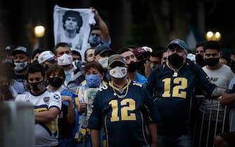 epa08843123 Thousands wait for the opening of the funeral chapel of soccer legend Diego Armando Maradona installed at the Casa Rosada in Buenos Aires, Argentina, 26 November 2020. Maradona died on 25 November aged 60 following a heart attack.  EPA/JUAN IGNACIO RONCORONI