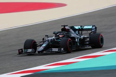 F1, qualifiche del Gp Bahrain: pole a Hamilton, male le Ferrari. VIDEO