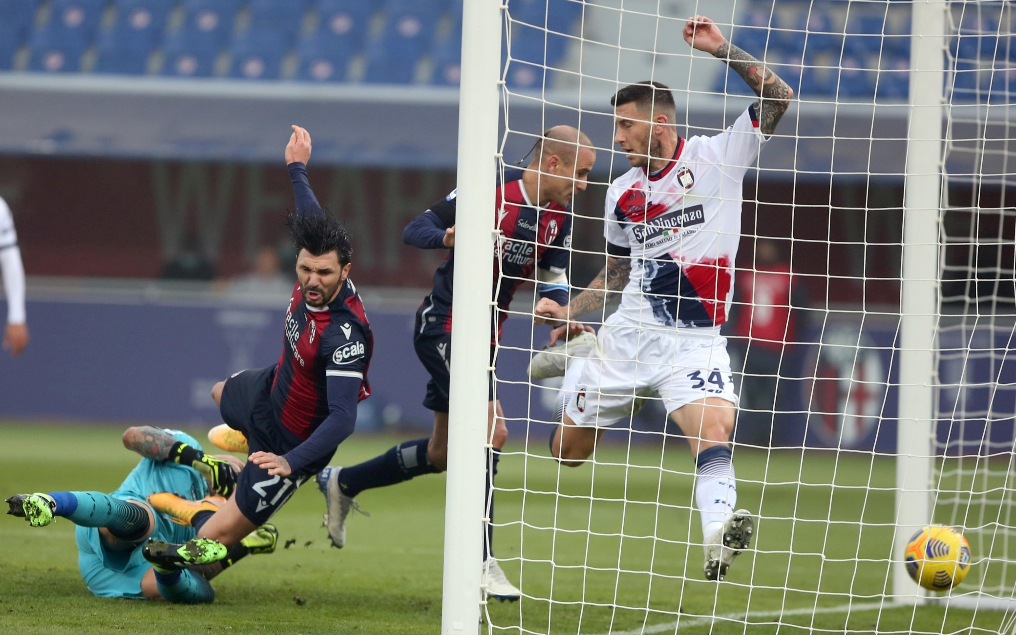 https://static.sky.it/images/skytg24/it/sport/2020/11/29/bologna-crotone-gol-tabellino-highlights-video-serie-a/bologna_crotone_2_ansa.jpg