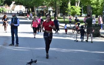 Persone per strada e attività sportiva nei parchi torinesi nel quarto giorno della fase due, Torino, 7 Maggio 2020 ANSA/ ALESSANDRO DI MARCO
