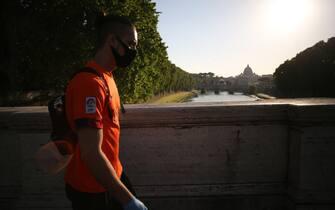 Roma, Italy 6 maggio 2020: Ragazzo con la mascherina guarda passeggia a Roma con lo sfondo di Piazza San Pietro,  durante la fase 2 dellâ  emergenza Covid-19, dopo due mesi di quarantena nella città di Roma. ( - 2020-05-06, MARCO IACOBUCCI / IPA) p.s. la foto e' utilizzabile nel rispetto del contesto in cui e' stata scattata, e senza intento diffamatorio del decoro delle persone rappresentate