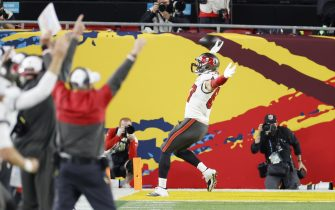 epa08994964 Tampa Bay Buccaneers tight end Rob Gronkowski (R) celebrates a touchdown reception against the Kansas City Chiefs in the first quarter of the National Football League Super Bowl LV at Raymond James Stadium in Tampa, Florida, USA, 07 February 2021.  EPA/ERIK S. LESSER