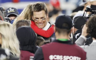 epa08995239 Tampa Bay Buccaneers quarterback Tom Brady embraces his daughter Vivian after the Buccaneers deafeated the Kansas City Chiefs to win the National Football League Super Bowl LV at Raymond James Stadium in Tampa, Florida, USA, 07 February 2021.  EPA/CJ GUNTHER