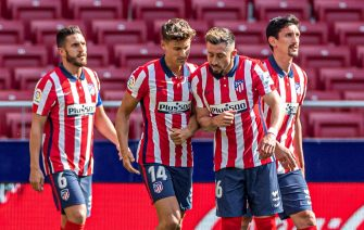 epa09143729 Atletico Madrid' midfielder Marcos Llorente (2-L) celebrates with teammates after scoring the 4-0 goal during the Spanish LaLiga soccer match between Atletico Madrid and SD Eibar held at Wanda Metropolitano stadium in Madrid, central Spain, 18 April 2021.  EPA/Rodrigo Jimenez