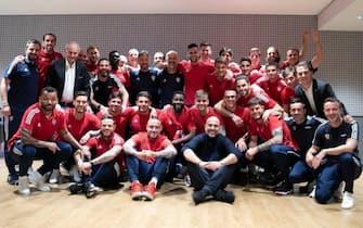 La squadra del Cagliari con uno scatto sui social ha celebrato la salvezza raggiunta ancor prima di scendere in campo contro il Milan, grazie al risultato del Benevento