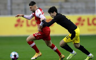 epa08991466 Freiburg's Vincenzo Grifo (L) and Dortmund's Giovanni Reyna in action during the German Bundesliga soccer match between SC Freiburg and Borussia Dortmund in Freiburg, Germany, 06 February 2021.  EPA/RONALD WITTEK / POOL CONDITIONS - ATTENTION: The DFL regulations prohibit any use of photographs as image sequences and/or quasi-video.