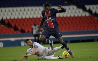 epa08901903 Paris Saint Germain's Moise Kean (R) in action during the French Ligue 1 soccer match between PSG and Strasbourg at the Parc des Princes stadium in Pa?ris, France, 23 December 2020.  EPA/Julien de Rosa