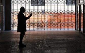 A person takes pictures with a smartphone inside a gallery cordoned off due to the anticovid rules, Milan; April 9; 2021. Lombardy will move into the orange zone from Monday. Confirmation comes from regional sources. Now only the order signed by the Minister of Health Roberto Speranza is awaited. With the transition in orange; all the shops will reopen and the children of the last two years of middle and high school will be able to return to school (albeit the latter at 50%). ANSA / DANIEL DAL ZENNARO