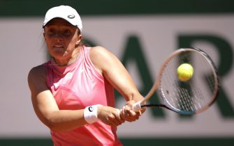 epa09238523 Iga Swiatek of Poland in action against Kaja Juvan of Slovenia during their first round match at the French Open tennis tournament at Roland Garros in Paris, France, 31 May 2021.  EPA/YOAN VALAT