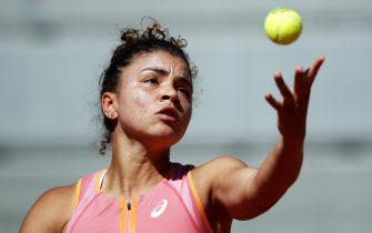 epa09240578 Jasmine Paolini of Italy serves during the 1st round match against Stefanie Voegele of Switzerland at the French Open tennis tournament at Roland Garros in Paris, France, 01 June 2021.  EPA/YOAN VALAT