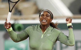 epa09239947 Serena Williams of the US celebrates winning the first set in tie break during the 1st round match against Irina-Camelia Begu of Romania at the French Open tennis tournament at Roland Garros in Paris, France, 31 May 2021.  EPA/YOAN VALAT