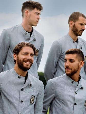 Alessandro Bastoni, Leonardo Bonucci, Manuel Locatelli e Lorenzo Pellegrini con la divisa della Nazionale firmata Armani