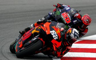 epa09250728 Portuguese MotoGP rider Miguel Oliveira (88), of Red Bull KTM Factory racing team, and French Fabio Quartararo (20), of Monster Energy Yamaha team in action during the Motorcycling Grand Prix of Catalonia at the Barcelona-Catalunya circuit in Montmelo, near Barcelona, Spain, 06 June 2021.  EPA/Alejandro Garcia