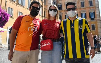 Supporters of Turkey before the 2020 European Championships opening match versus Italy in the center of Rome, Italy, 11 June y 2021. ANSA/RICCARDO ANTIMIANI