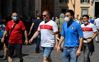 Supporters of Turkey with ItalyÕs shirt before the 2020 European Championships opening match versus Italy in the center of Rome, Italy, 11 June y 2021. ANSA/RICCARDO ANTIMIANI