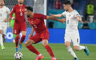 epa09263144 Kenan Karaman of Turkey in action against Jorginho of Italy during the UEFA EURO 2020 group A preliminary round soccer match between Turkey and Italy at the Olympic Stadium in Rome, Italy, 11 June 2021.  EPA/Alberto Lingria / POOL (RESTRICTIONS: For editorial news reporting purposes only. Images must appear as still images and must not emulate match action video footage. Photographs published in online publications shall have an interval of at least 20 seconds between the posting.)