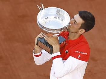 Tennis, Djokovic batte Tsitsipas in rimonta e vince il Roland Garros