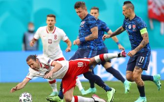 epa09270885 Grzegorz Krychowiak (L) of Poland in action against Marek Hamsik (R) of Slovakia during the UEFA EURO 2020 group E preliminary round soccer match between Poland and Slovakia in St. Petersburg, Russia, 14 June 2021.  EPA/Lars Baron / POOL (RESTRICTIONS: For editorial news reporting purposes only. Images must appear as still images and must not emulate match action video footage. Photographs published in online publications shall have an interval of at least 20 seconds between the posting.)