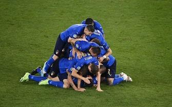 I calciatori dell'Italia esultano dopo il 2-0 alla Svizzera