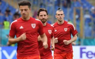 Gareth Bale e i compagni durante il riscaldamento di Italia-Galles