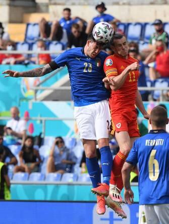 Bastoni e Bale in azione durante Italia-Galles
